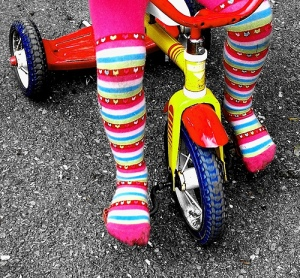 """Happy Girl Riding on Rainbows Tricycle Free Creative Commons"", de Pink Sherbet Photography"