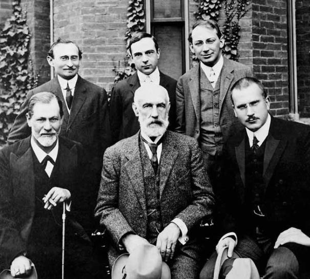 Carl Gustav Jung, a la dreta en la primera fila, acompanyat d'altres col·legues, entre ells Sigmund Freud a l'esquerra en la primera fila