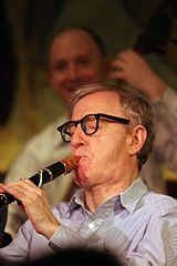 Woody Allen playing his clarinet in concert in New York City, a la Viquipèdia