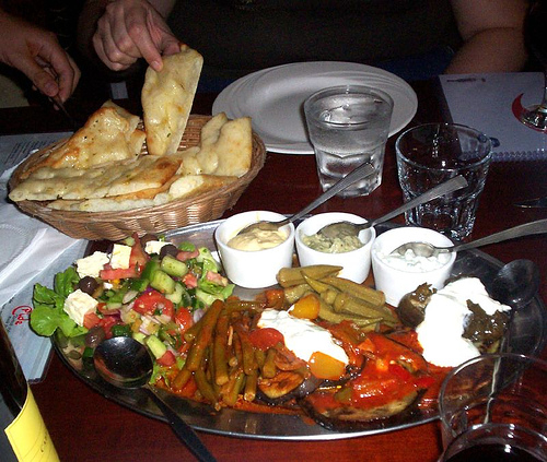 Vegetarian Meze Platter and Turkish Bread, David Jackmanson, al Flickr