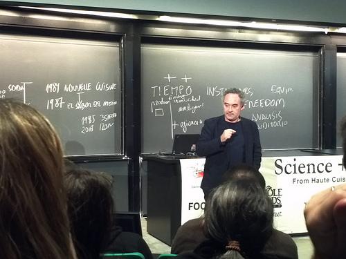 Ferran Adrià a la Harvard Science & Cooking 2011, de Charlene McBride, al Flickr