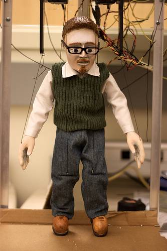 """Puppet Magnus, an automated marionette modeled after Prof. Magnus Egerstedt at the Georgia Robotics and Intelligent Systems (GRITS) Lab, Georgia Tech"", de Jiuguang Wang, al Flickr"