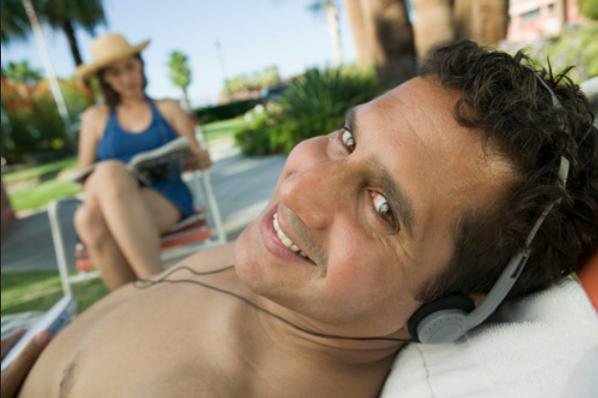 """Man Lying on sunlounger Listening to headphones"", de moodboard, Flickr"