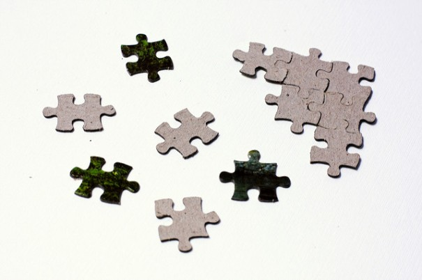 """Scattered puzzle pieces next to solved fragment"", de Horia Varlan, al Flickr"